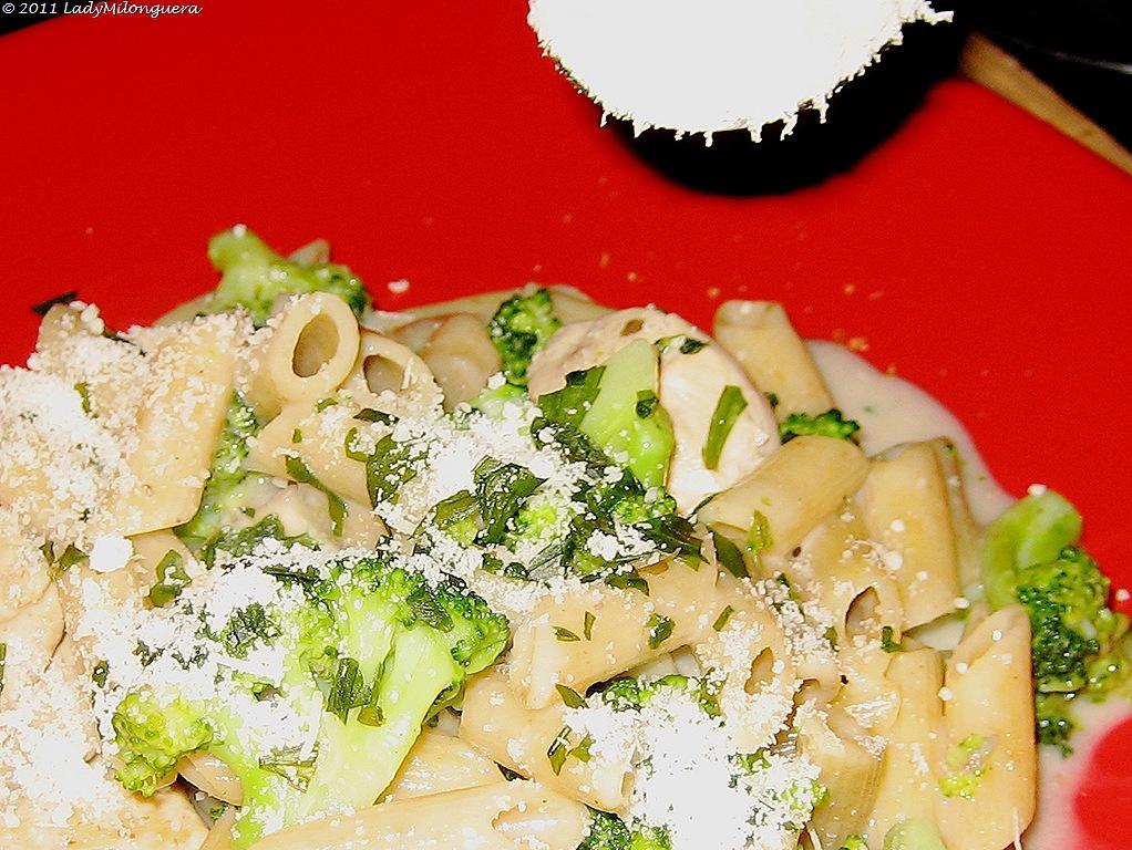 Pates au poulet, brocolis et champignons
