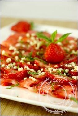 Carpaccio-fraises-menthe-amandes-grillees (1)
