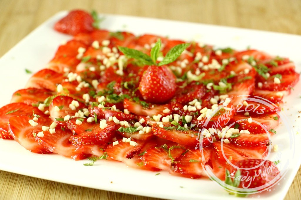 Carpaccio de fraises à la menthe et amandes grillées